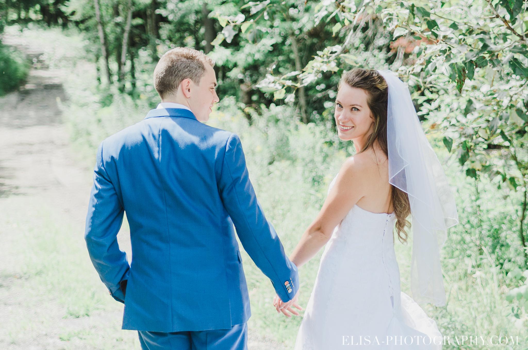 photo mariage grange rouge quebec conifere sapin couple foret multicolor 0219 - Mariage coloré à la grange rouge de Brompton