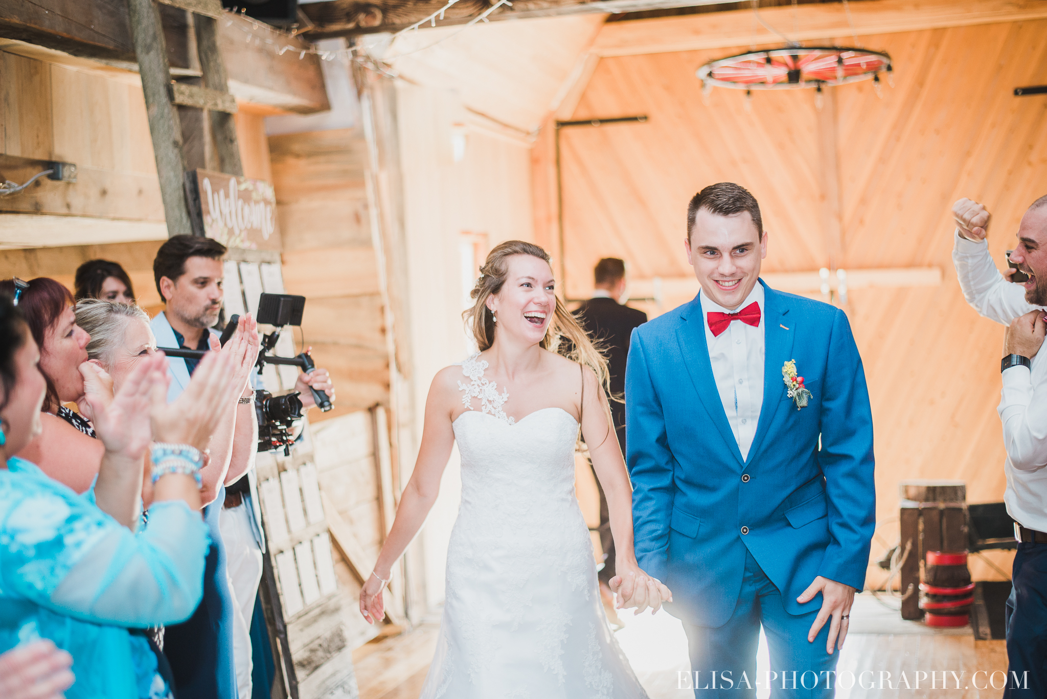 photo mariage grange rouge quebec reception colore rustique 8937 - Mariage coloré à la grange rouge de Brompton