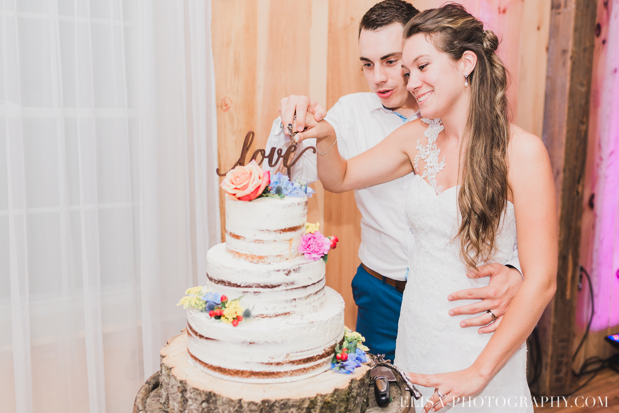 photo mariage grange rouge quebec reception colore rustique coupe gateau 9407 - Mariage coloré à la grange rouge de Brompton