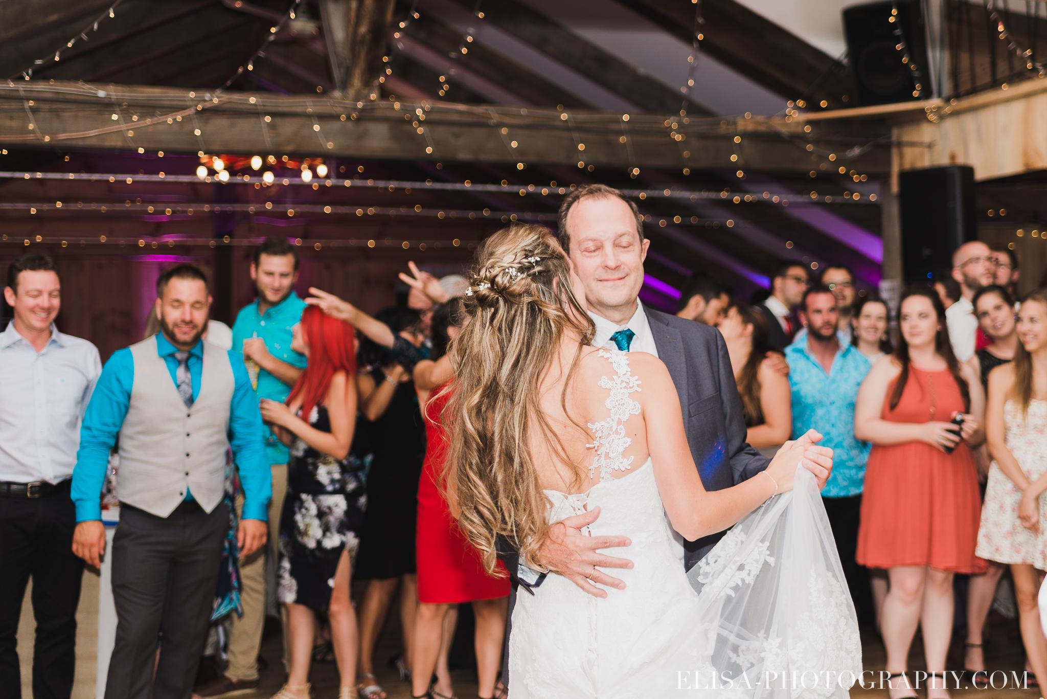 photo mariage grange rouge quebec reception colore rustique premiere danse 9308 - Mariage coloré à la grange rouge de Brompton