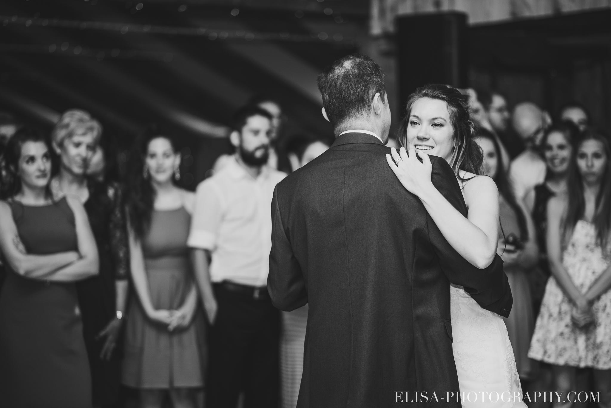 photo mariage grange rouge quebec reception colore rustique premiere danse 9315 - Mariage coloré à la grange rouge de Brompton