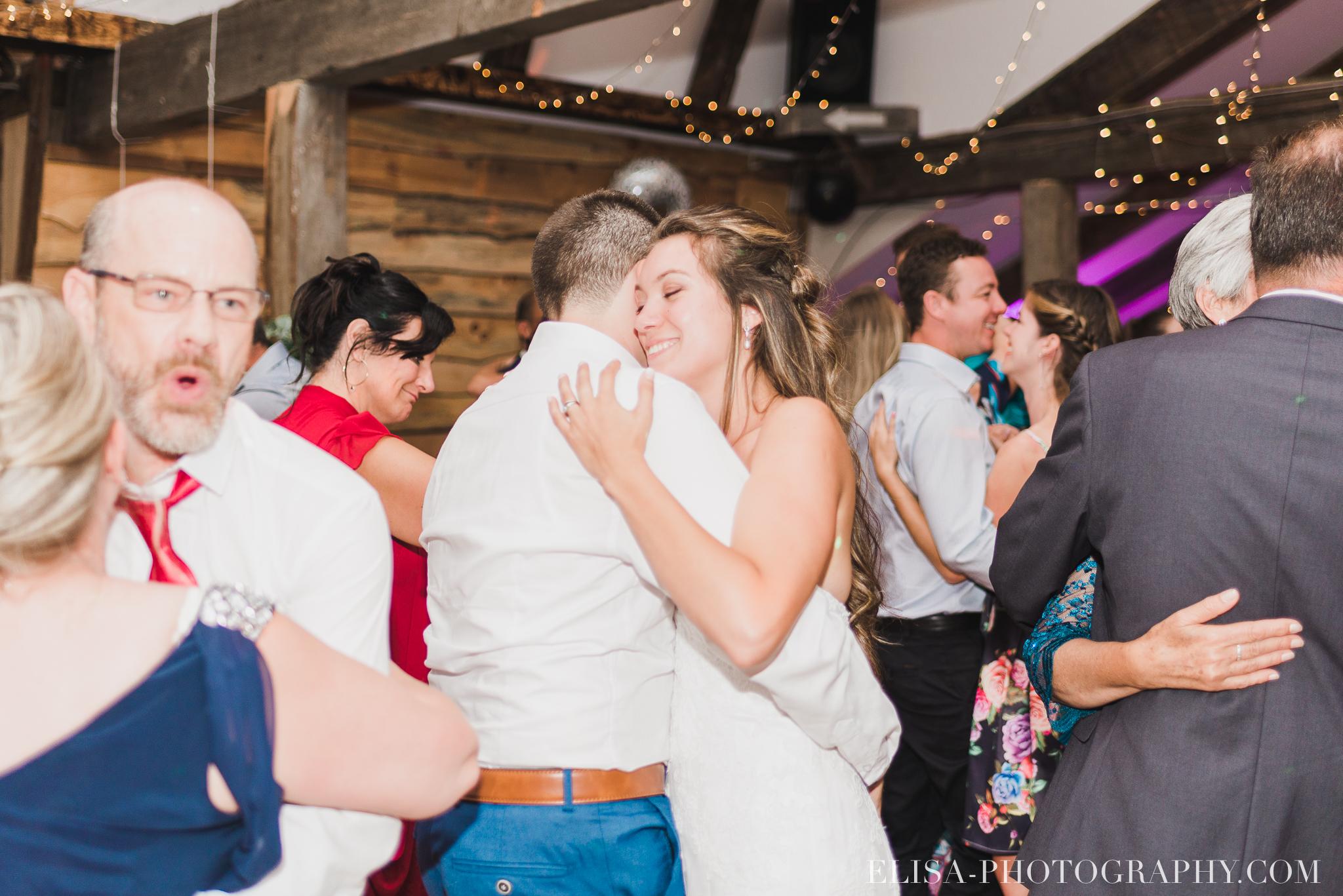 photo mariage grange rouge quebec reception colore rustique premiere danse 9355 - Mariage coloré à la grange rouge de Brompton