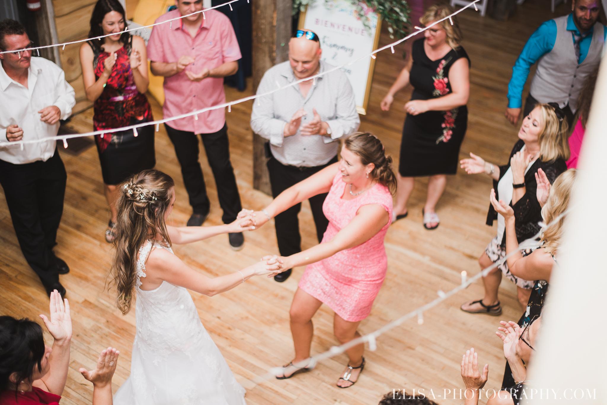 photo mariage grange rouge quebec reception colore rustique premiere danse 9385 - Mariage coloré à la grange rouge de Brompton