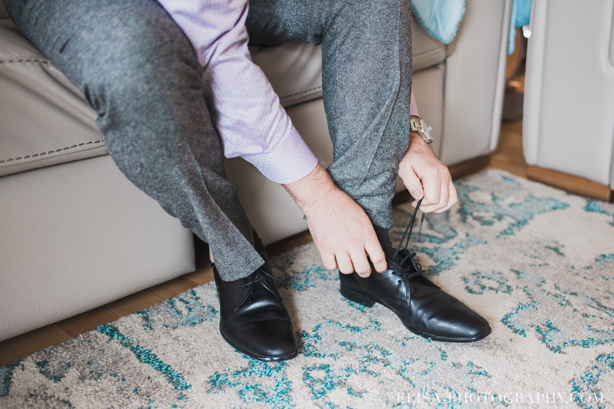 photo mariage quebec automne preparatifs du marie boutoniere souliers 5221 - Mariage à saveur automnale à l'Espace Saint-Grégoire