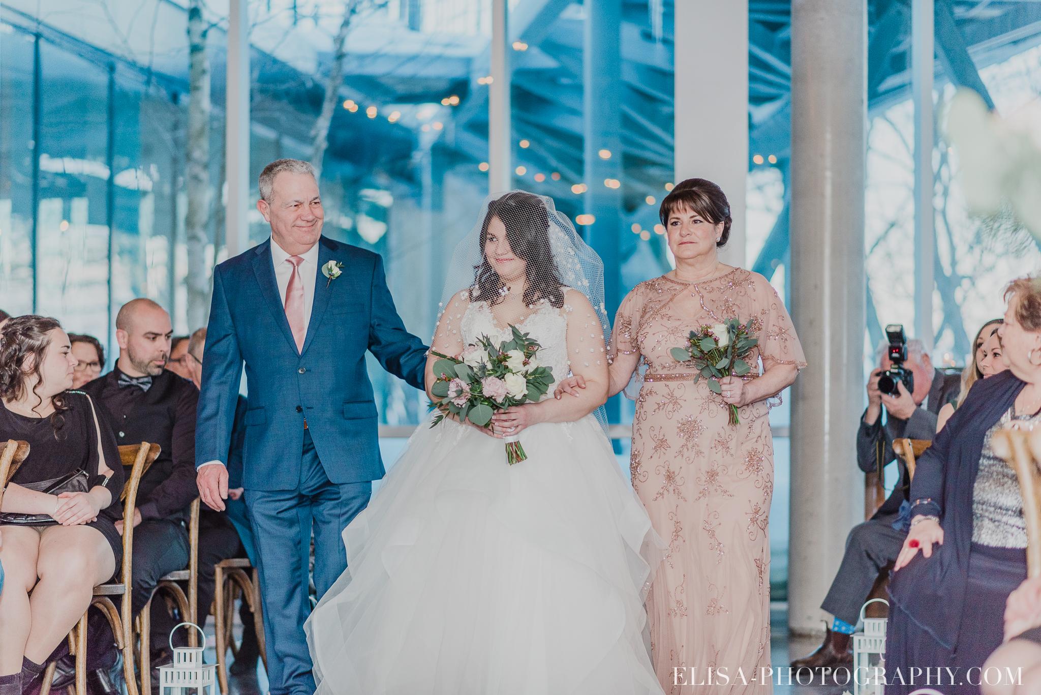 photo mariage hiver salle quai cap blanc port quebec ceremonie allee mariee parents 3156 - Un chaleureux mariage hivernal à la salle du Quai du Cap Blanc, Québec