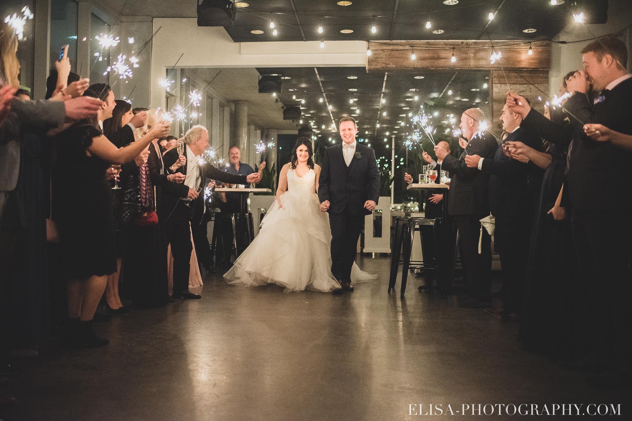 photo mariage hiver salle quai cap blanc port quebec first danse feux bengales maries sparklers 3425 - Un chaleureux mariage hivernal à la salle du Quai du Cap Blanc, Québec