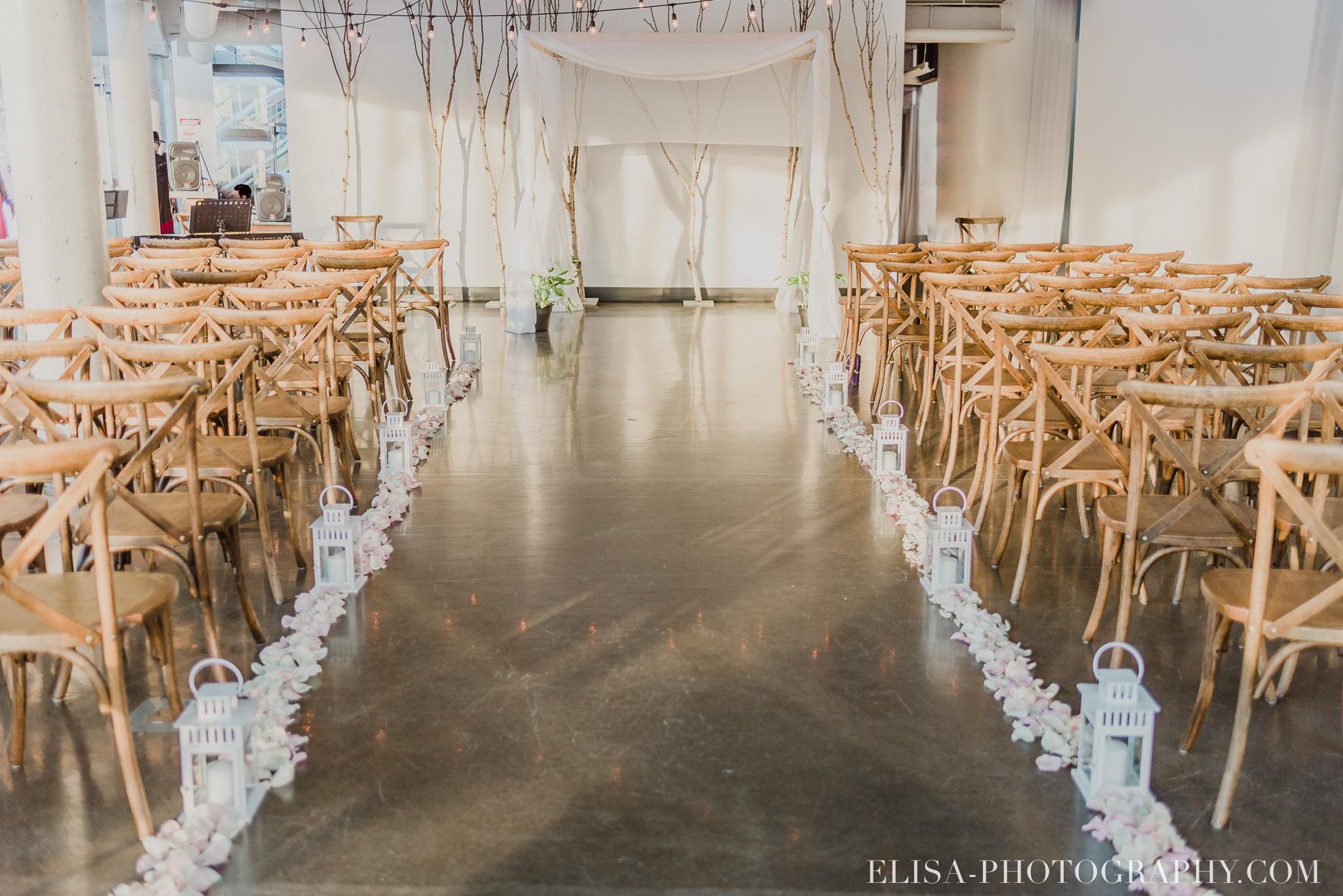 photo mariage quai cap blanc quebec ceremonie lanterne petales rose 2873 - Un chaleureux mariage hivernal à la salle du Quai du Cap Blanc, Québec