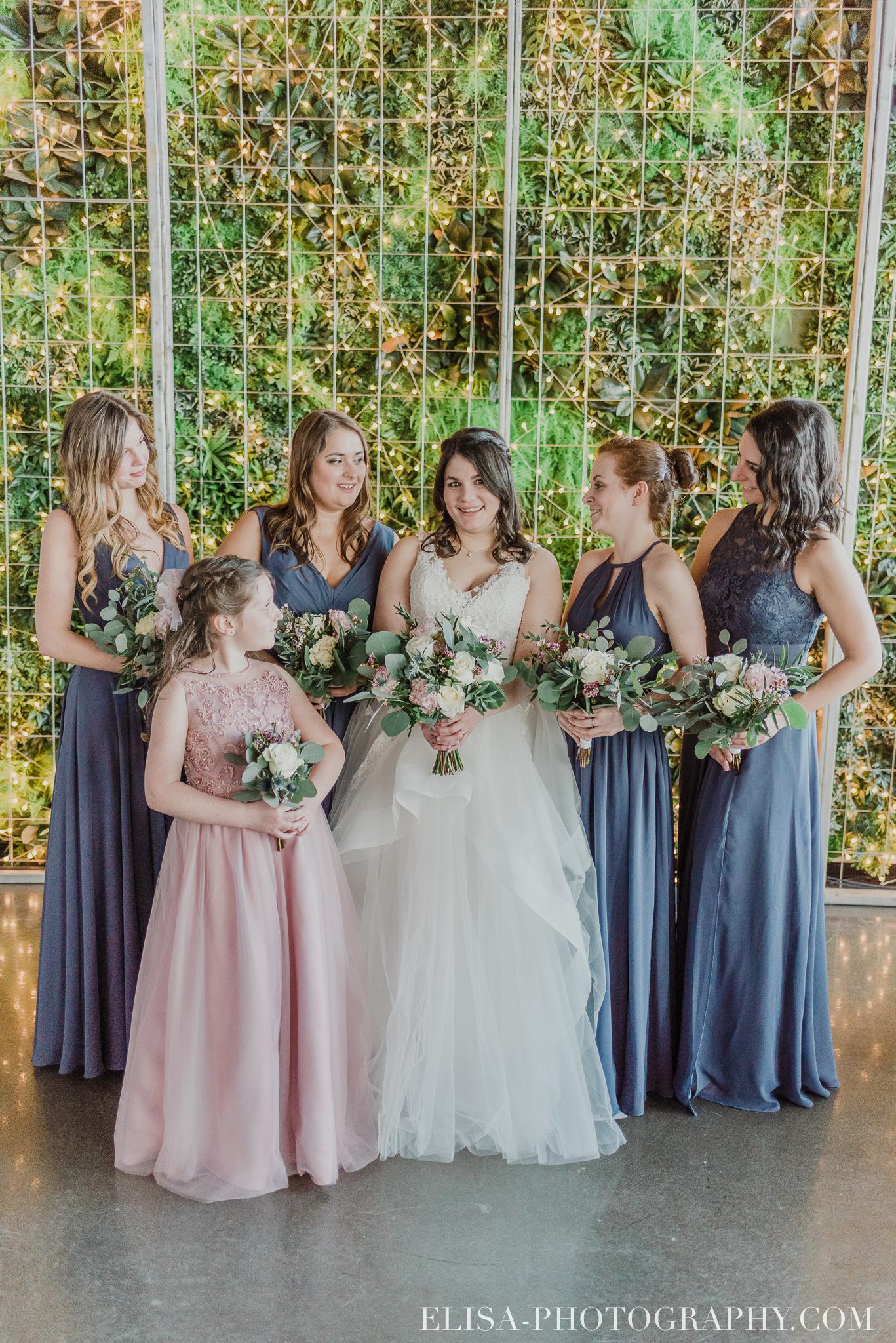 photo mariage quai cap blanc quebec cortege robe mauve bouquetiere rose 2940 - Un chaleureux mariage hivernal à la salle du Quai du Cap Blanc, Québec