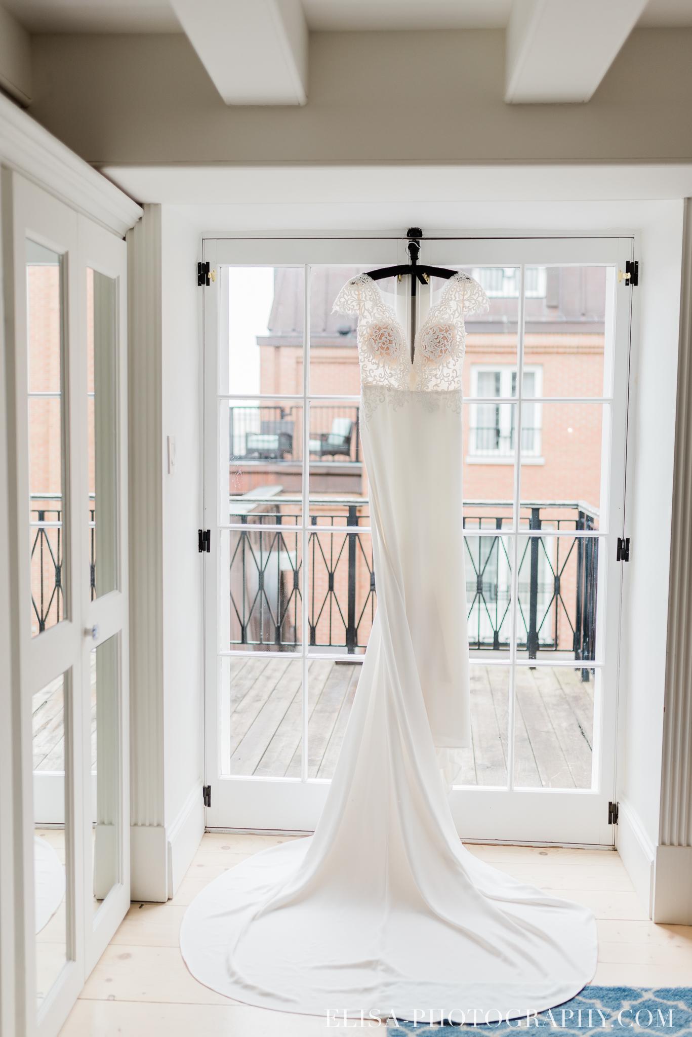 photo mariage quebec auberge saint antoine elisa photographe preparatifs de la mariee robe 8833 - Mariage élégant et discret au coeur du magnifique Domaine Cataraqui, Québec