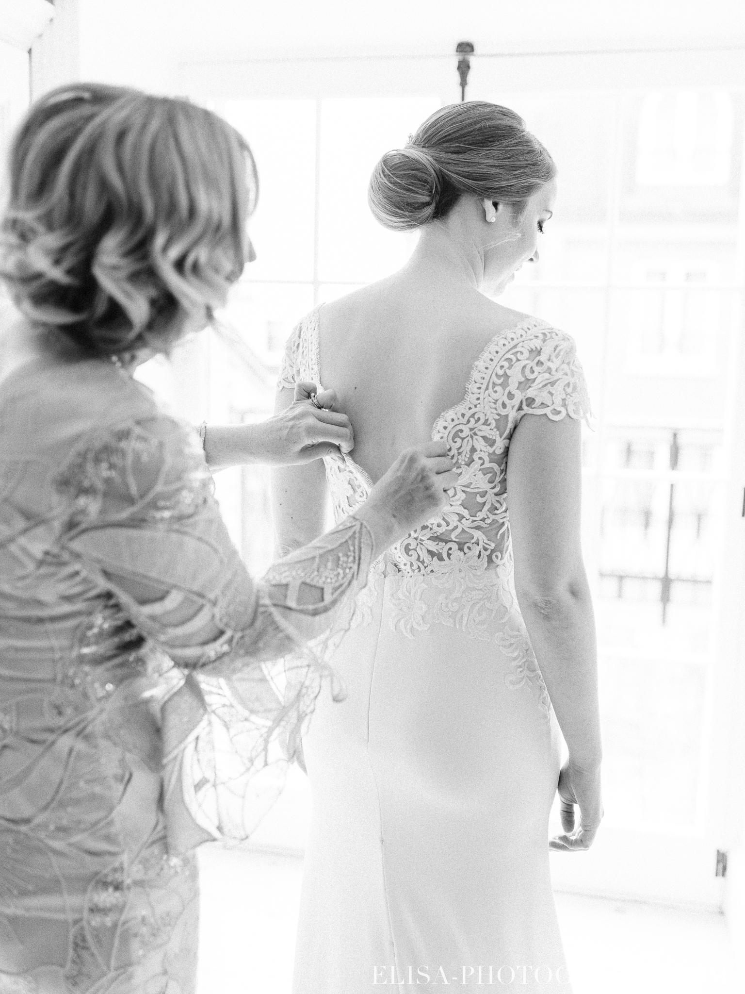 photo mariage quebec auberge saint antoine elisa photographe preparatifs de la mariee robe 9126 - Mariage élégant et discret au coeur du magnifique Domaine Cataraqui, Québec