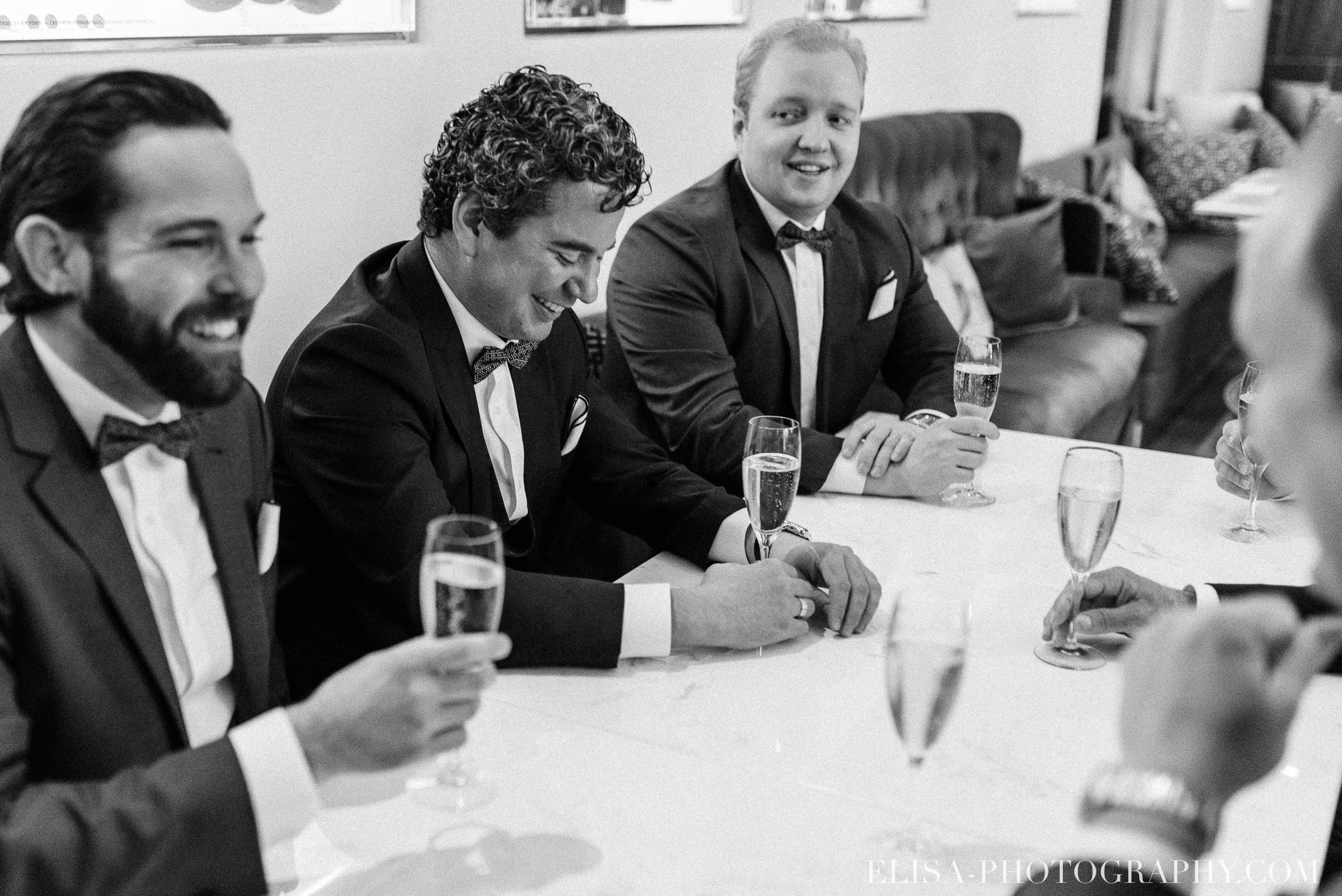 photo mariage quebec auberge saint antoine elisa photographe preparatifs du marie bar artefact huitres 9000 - Mariage élégant et discret au coeur du magnifique Domaine Cataraqui, Québec