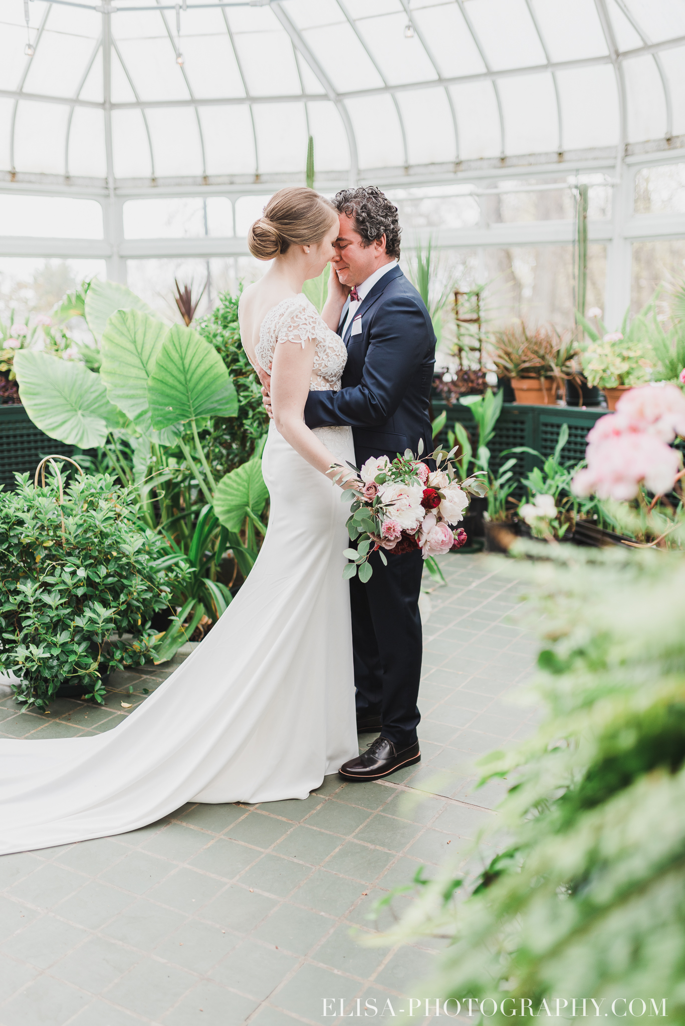 photo mariage quebec domaine cataraqui elisa photographe first look verriere fleurs 9434 - Mariage élégant et discret au coeur du magnifique Domaine Cataraqui, Québec