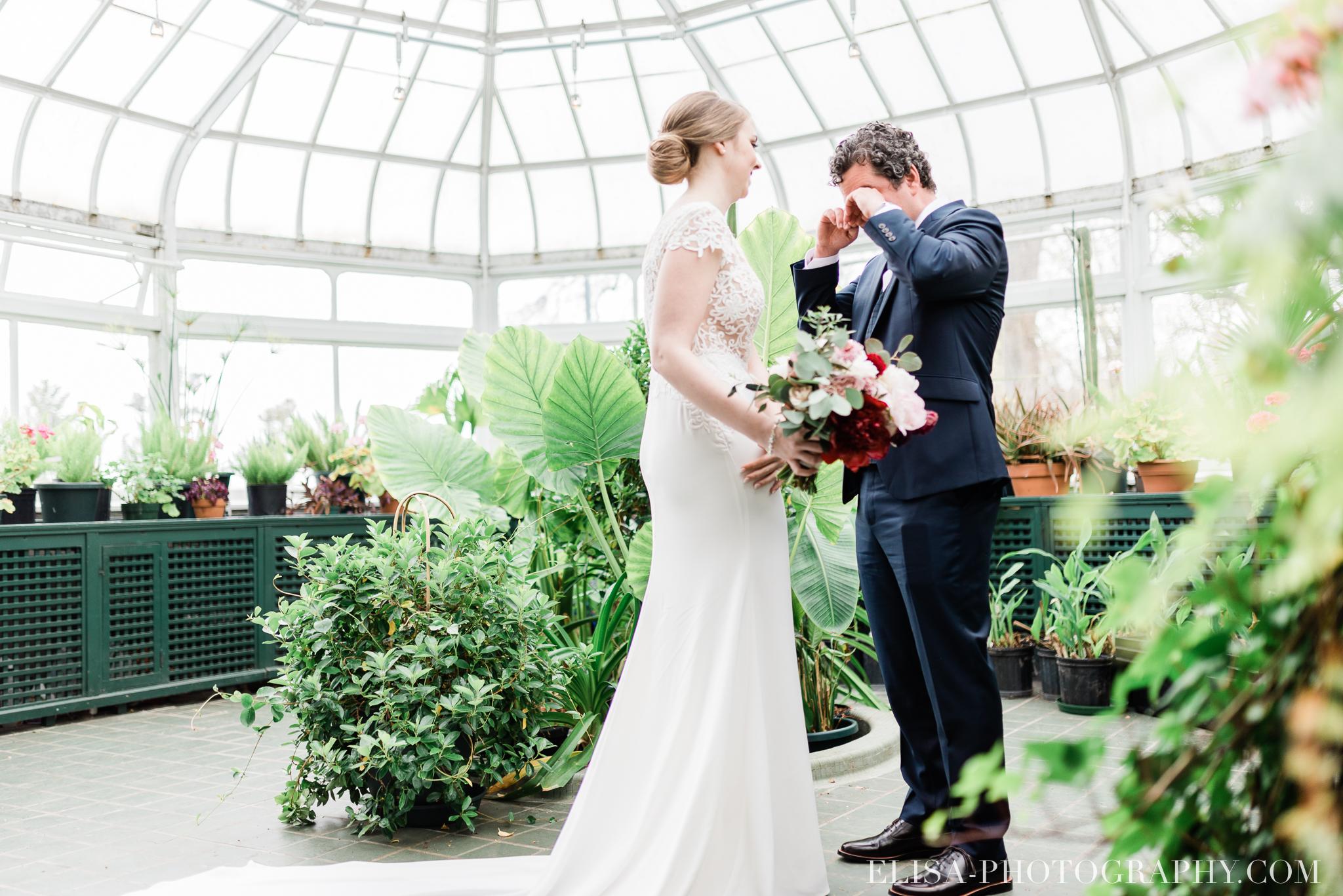 photo mariage quebec domaine cataraqui elisa photographe first look verriere fleurs 9454 - Mariage élégant et discret au coeur du magnifique Domaine Cataraqui, Québec