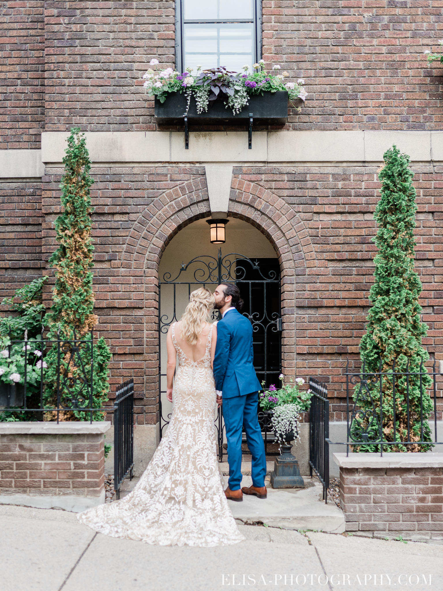 photo mariage downtown montreal urban wedding portrait elisa photographer 9143 - An elegant wedding under the marquee at the Forest and Stream Club in Montreal