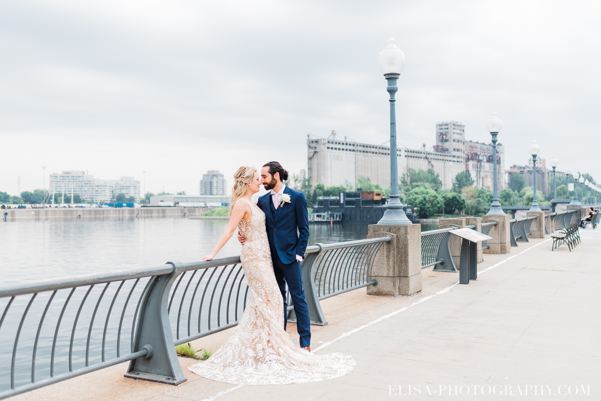 photo mariage downtown montreal urban wedding portrait elisa photographer 9270 - An elegant wedding under the marquee at the Forest and Stream Club in Montreal