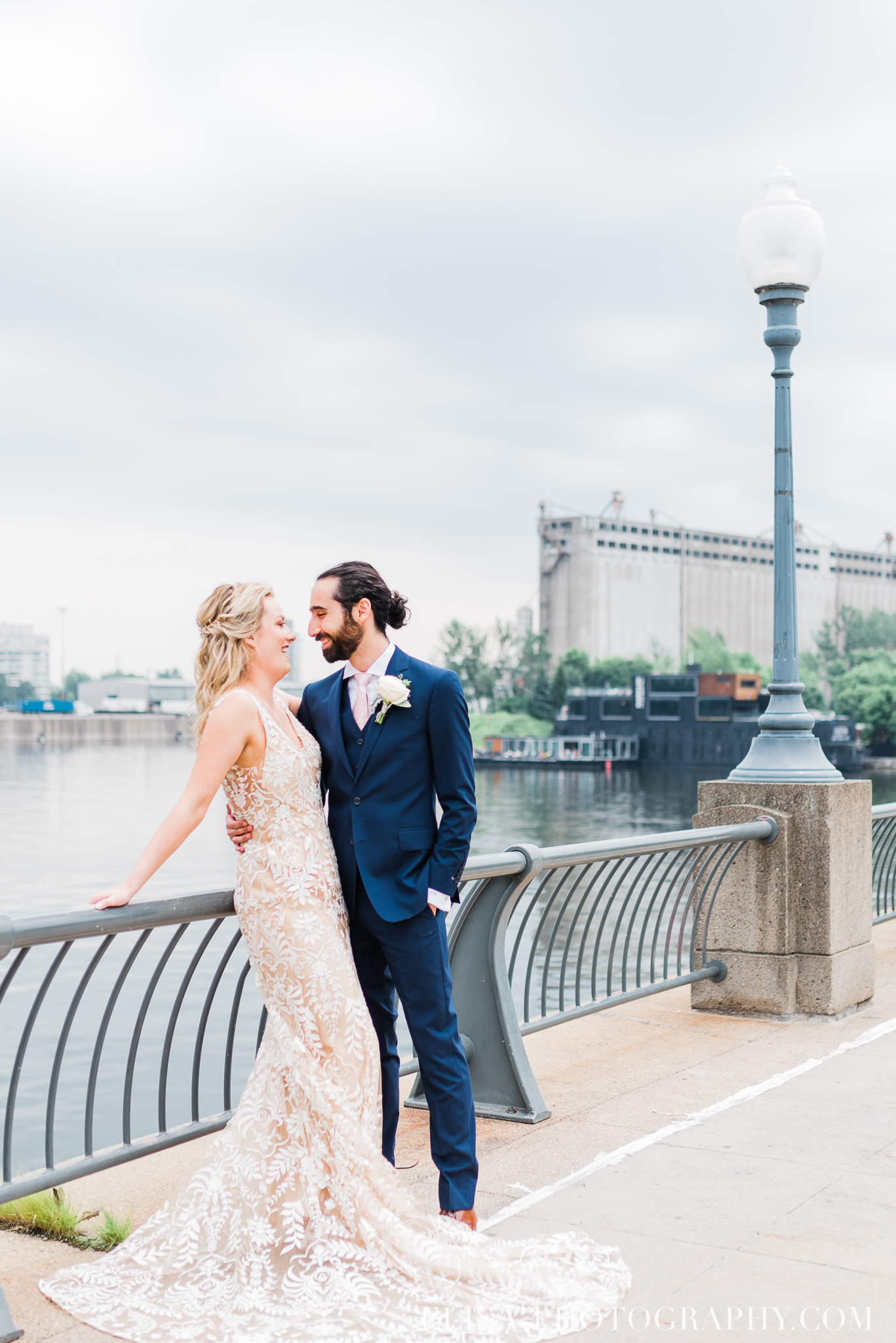 photo mariage downtown montreal urban wedding portrait elisa photographer 9275 - An elegant wedding under the marquee at the Forest and Stream Club in Montreal