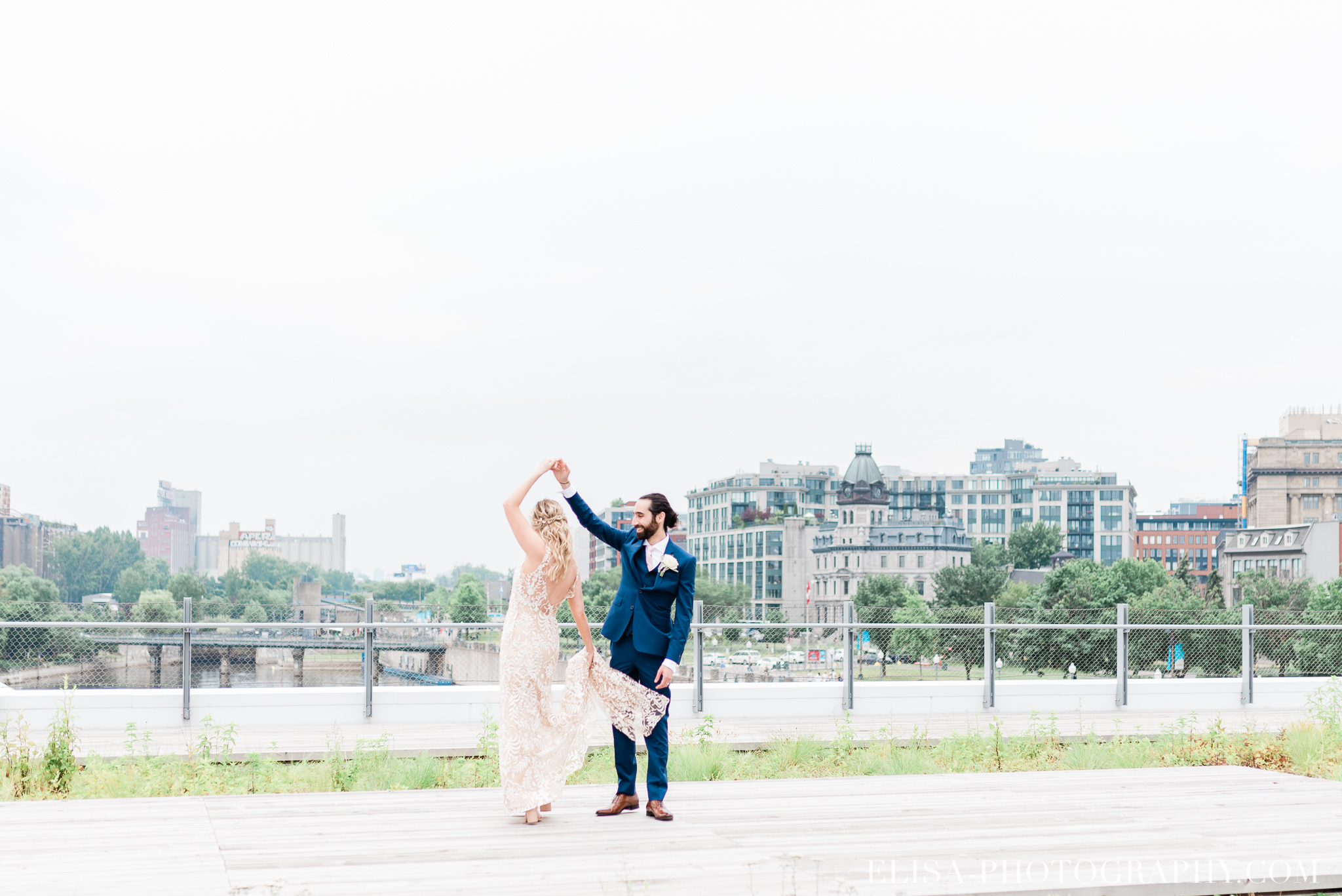 photo mariage downtown montreal urban wedding portrait elisa photographer 9298 - An elegant wedding under the marquee at the Forest and Stream Club in Montreal