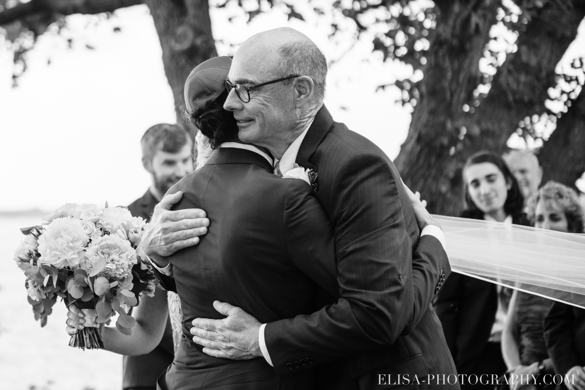 photo mariage forest stream club montreal riverfront wedding ceremony elisa photographer 9694 - An elegant wedding under the marquee at the Forest and Stream Club in Montreal