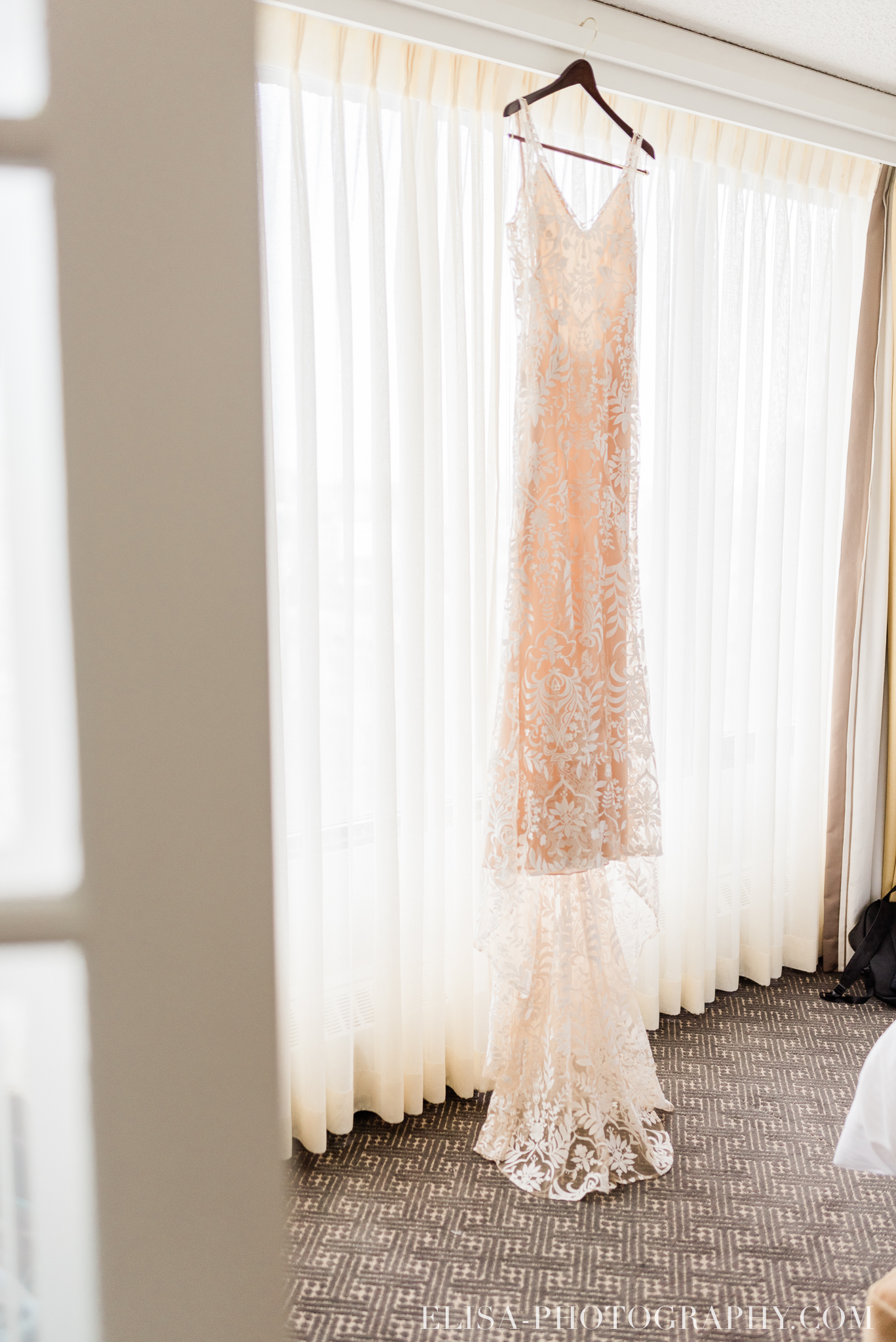 photo mariage hotel omni montreal robe beige champagne wedding dress elisa photographe 8434 - An elegant wedding under the marquee at the Forest and Stream Club in Montreal