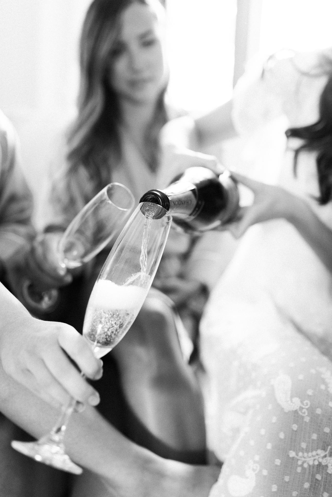 photo mariage salle du quai cap blanc quebec demoiselles honneurs toast robes de chambre toscane elisa photographe 2163 - MALYE + ANTHONY | Québec, Salle du Quai du Cap Blanc | Photographe de mariage | Elisa Photography